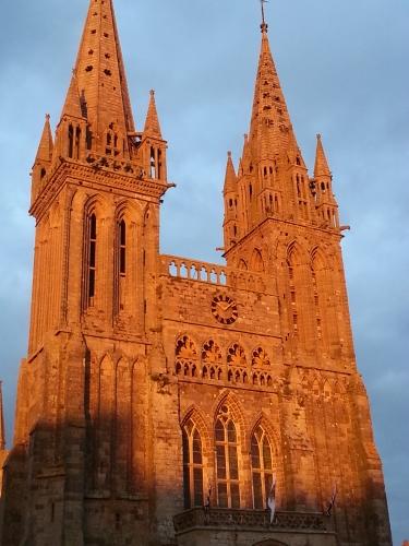 soleil-couchant-cathedrale-saint-pol-de-leon-nord-finistere-bretagne-boutique-bio-panier-du-bien-etre-place-de-guebriant